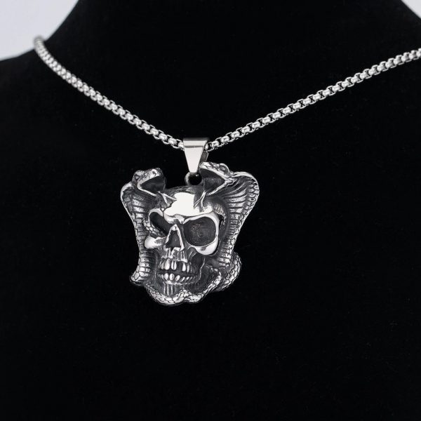 necklace head of dead snake poisonous